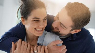 jak mężczyzna pokazuje zainteresowanie kobietą